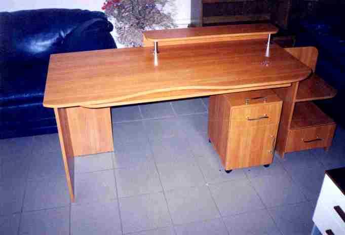 прямоугольный компьютерный стол с тумбочкой