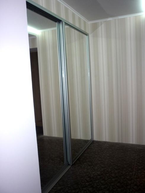 стальной профиль хорошо гармонирует с зеркалами