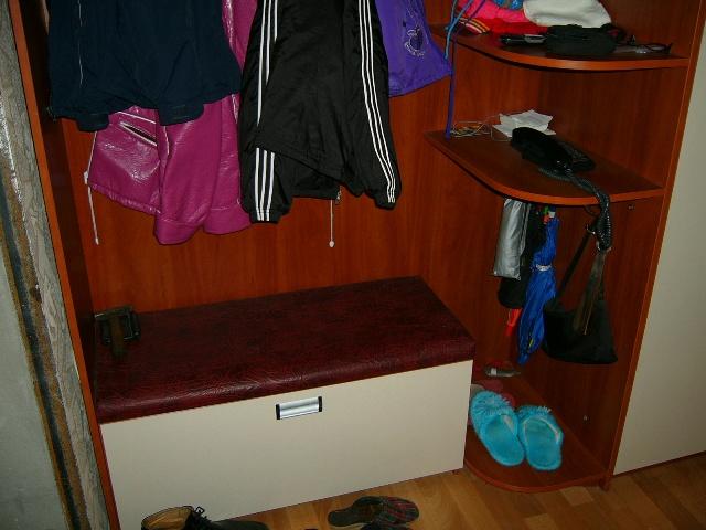 вместительный ящик одновременно служит удобной банкеткой