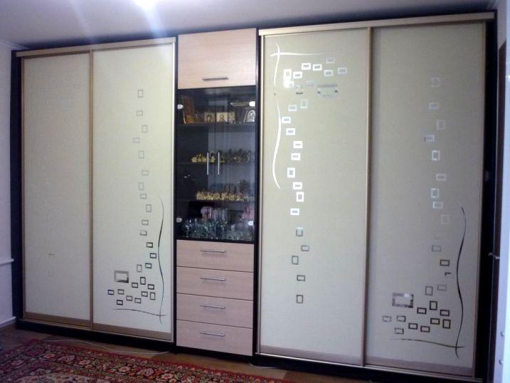 стенка может иметь высоту от пола до потолка