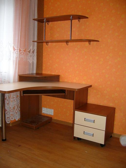 компьютерный стол угловой с тумбочкой и полками