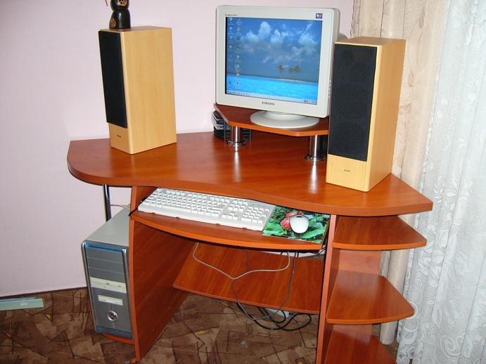 компактный угловой компьютерный стол с боковыми полочками