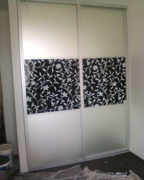 вставка на фасаде может повторять рисунок других элементов интерьера