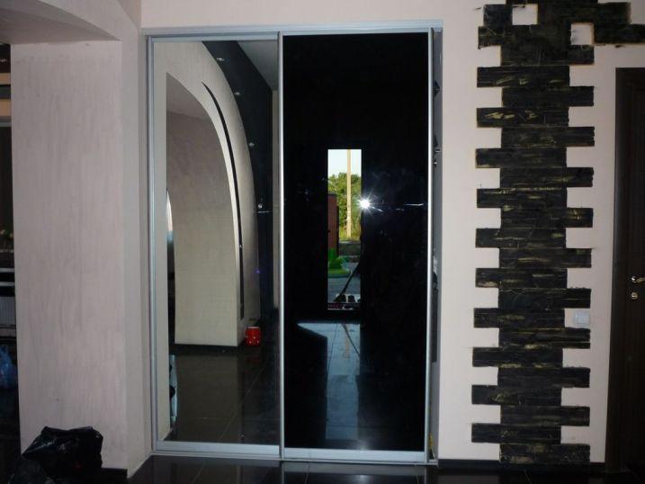 черно-зеркальный встроенный шкаф-купе, строгий и элегантный