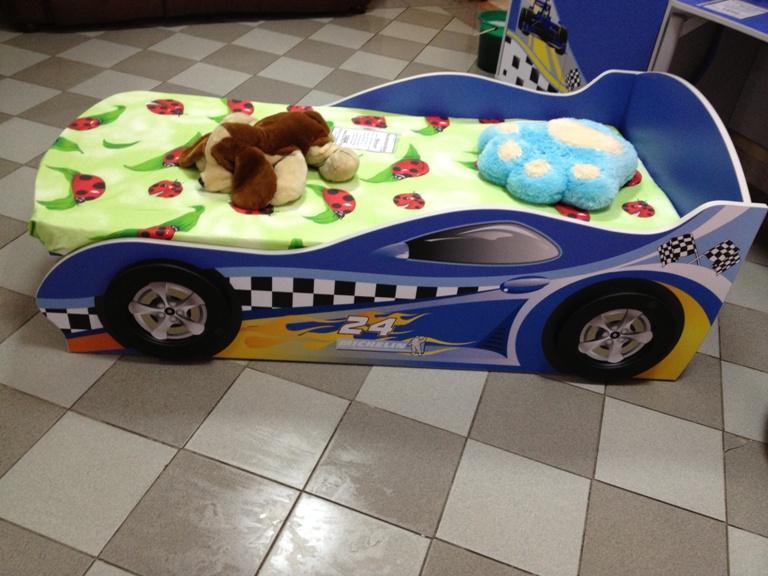 Кровать-машинка синяя с объемными колесами